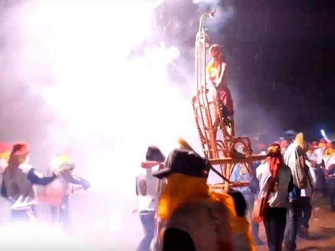 Đáng sợ lễ hội ném pháo hoa vào người ở Đài Loan
