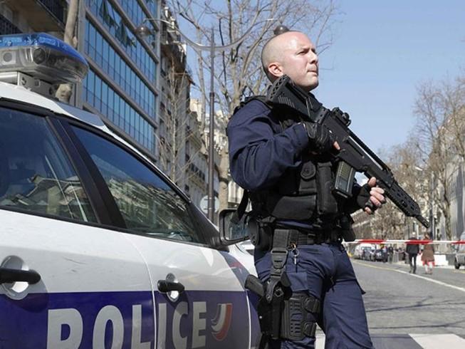 Nổ bom thư, xả súng tại Pháp