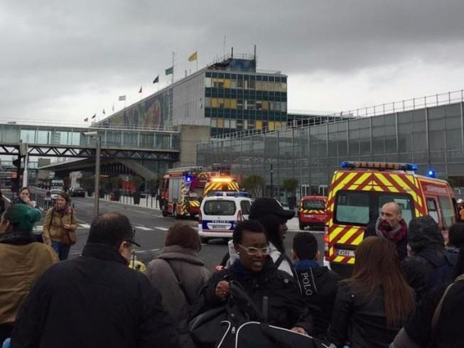Binh sĩ bị cướp súng, sân bay ở Pháp sơ tán khẩn