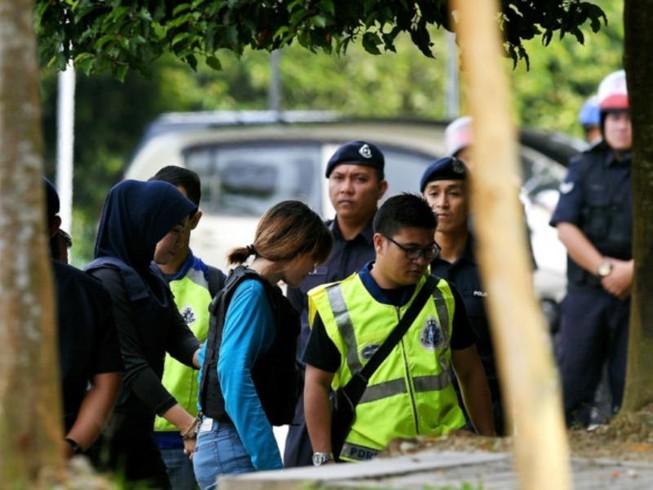 Hai nữ nghi phạm trong vụ án sát hại ông Kim Jong-nam là Đoàn Thị Hương (áo xanh) cùng Siti Aishah sáng 30-5 đã  ra tòa ở Malaysia. Ảnh: PLO
