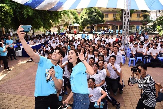"""Isaac, Ái Phương """"seo-phi"""" cùng hàng ngàn học sinh"""