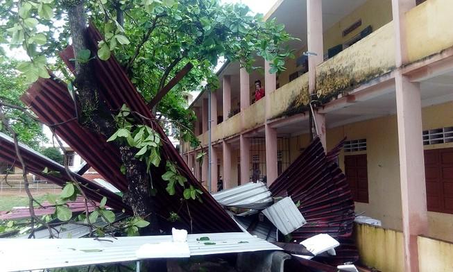 Gió lốc tốc mái trường, học sinh hoảng loạn