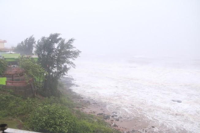 Bão số 10 đang tiến gần vào bờ biển Nghệ An-Quảng Trị