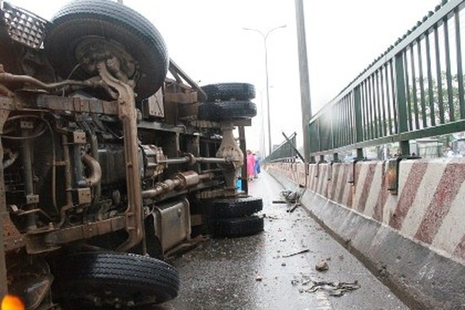 Xe tải lật nghiêng trên quốc lộ 1A, kẹt xe 10 km