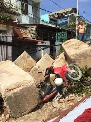 Khối bê tông chục tấn nghiêng đổ, đè nát 4 xe máy