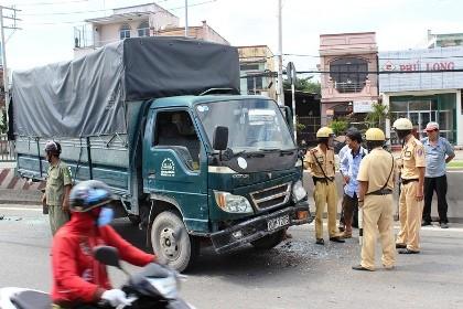 Tai nạn giữa 4 xe, hàng trăm phương tiện 'rồng rắn' QL1A