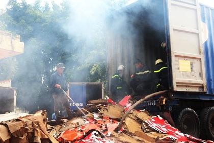 Hơn 10 cảnh sát PCCC leo vào thùng xe container dập lửa
