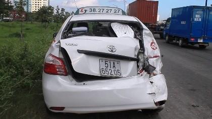 Taxi móp đuôi, xe tải móp đầu sau cú tông kịch liệt