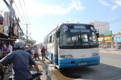 Xe buýt bốc khói dữ dội, hơn 40 hành khách chen nhau tháo chạy