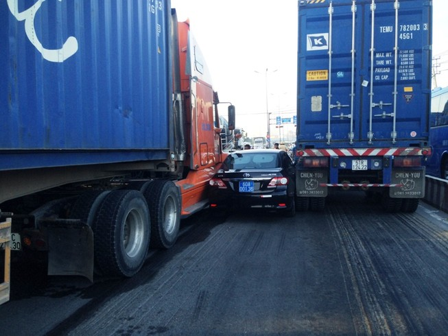 Hai container chèn ô tô, tài xế mắc kẹt