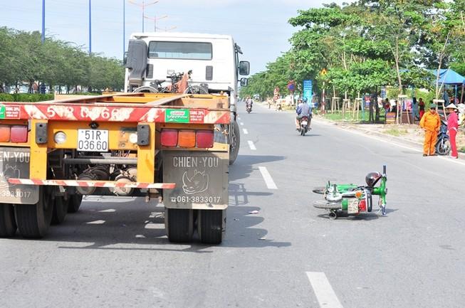 Xe container va chạm xe máy, nam sinh bị thương nặng