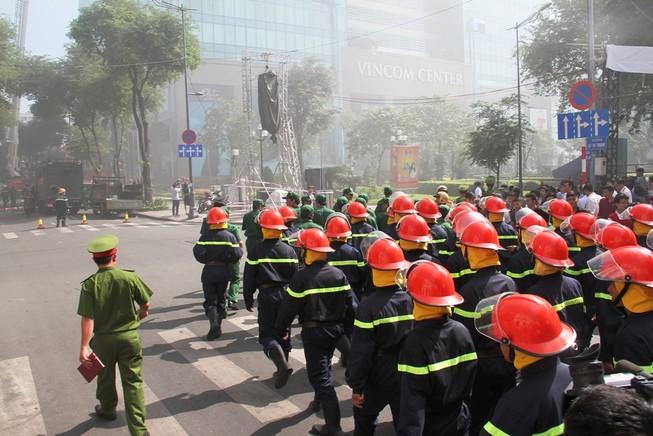 Hàng ngàn người diễn tập chữa cháy ở trung tâm Sài Gòn