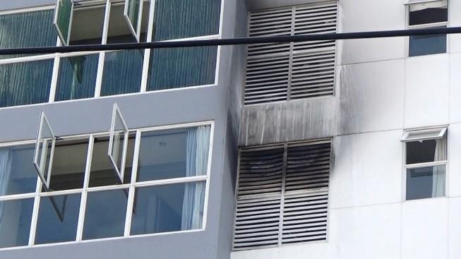 Cháy ở lầu 7 của cao ốc, cư dân hốt hoảng bỏ chạy