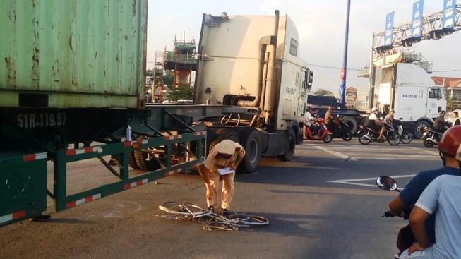 Nữ công nhân may mắn thoát chết sau va chạm với xe container