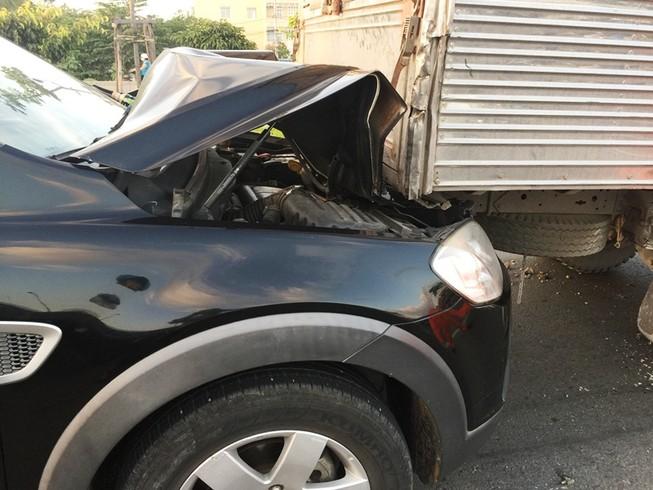 Ô tô đua nhau gây tai nạn, xa lộ Hà Nội ùn tắc