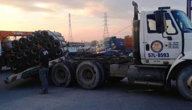 Xe container chở cọc bê tông nghiêng, xa lộ Hà Nội kẹt cứng