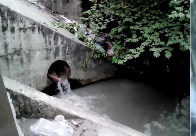 Giải cứu cô gái ngáo đá chui vào ống cống, lấy đá đập đầu