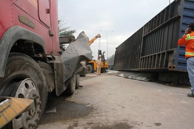 Xe đầu kéo tông nát dải phân cách, thùng container rơi xuống đường