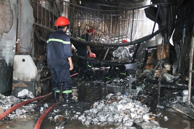 Cháy nhà xưởng, công nhân hốt hoảng tháo chạy