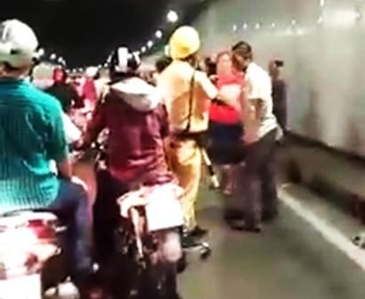 Nhóm người ẩu đả trong đường hầm sông Sài Gòn