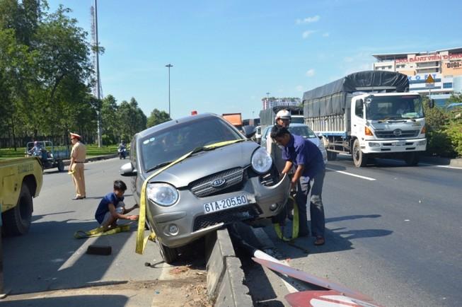 Nữ tài xế lái xe tông gãy biển báo, lao lên dải phân cách
