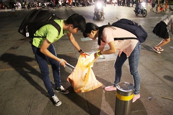 Những bạn trẻ nhặt rác sau giao thừa ở trung tâm Sài Gòn