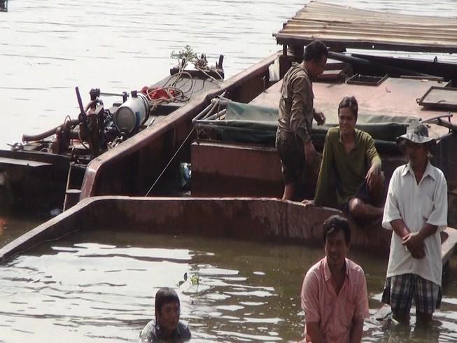 Xà lan 200 tấn chìm, toàn bộ thủy thủ nhảy xuống sông thoát hiểm