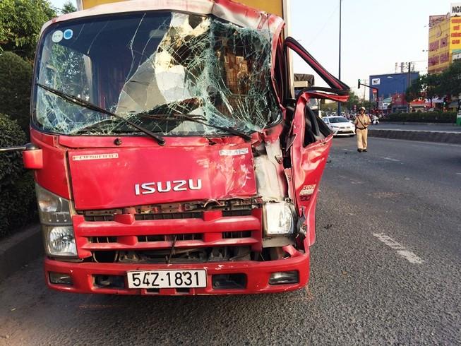 Ba xe tải tông liên hoàn gần cầu Tham Lương