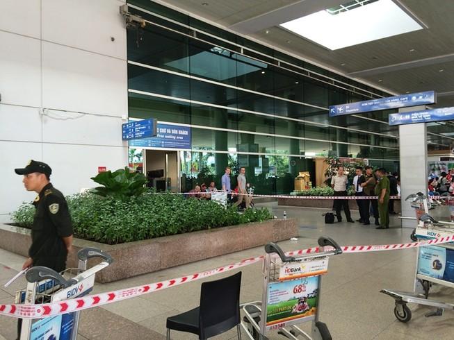 Một người nước ngoài rơi từ tầng hai sân bay Tân Sơn Nhất