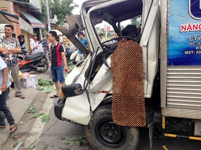 Tránh xe máy, ô tô tải lao vào quán phở