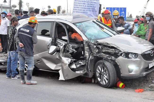 Bị ô tô tông trúng, hai công nhân nguy kịch