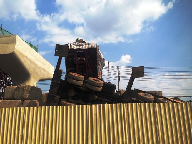 Cần cẩu hàng chục tấn đổ sập lên tuyến Metro Sài Gòn