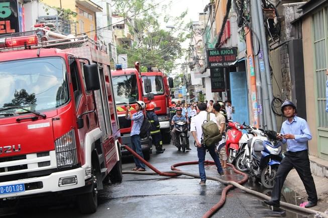 Cháy khách sạn 8 tầng ở trung tâm Sài Gòn, khách nháo nhác bỏ chạy