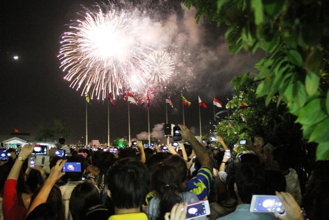 Lung linh pháo hoa chào năm mới Bính Thân