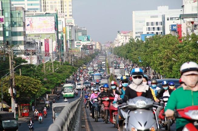 Phố Sài Gòn lại tất bật với xe cộ ngày làm việc đầu năm