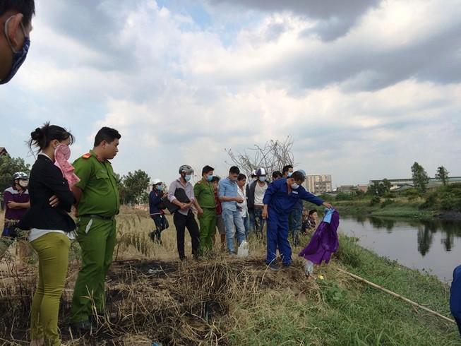 Clip: Thi thể phân hủy nặng trôi cùng đám bèo trên kênh Tham Lương