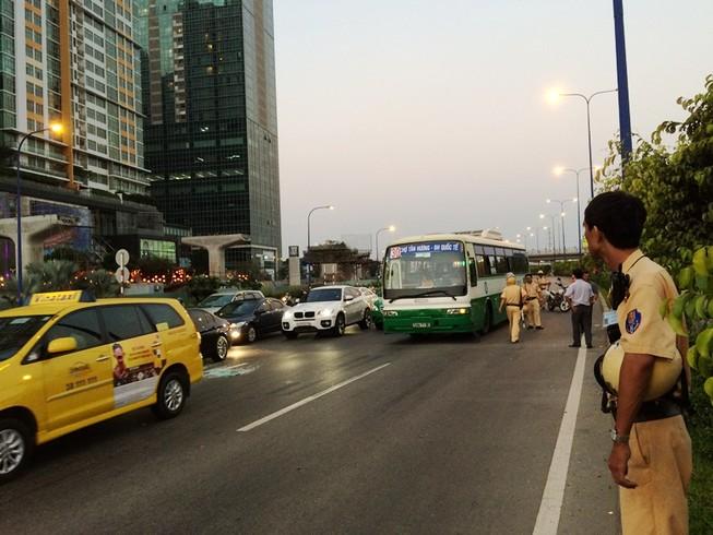 Hàng chục sinh viên hốt hoảng khi xe buýt va chạm liên hoàn