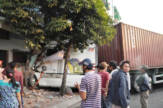 Xe container mất lái, tông người phụ nữ rồi húc sập nhà dân