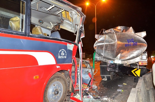 Xe chở công nhân Pou Yuen tông xe bồn, 11 người thương vong