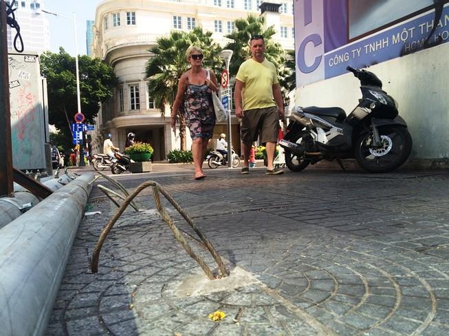 Cáp neo trụ đèn 'bẫy' người đi đường ở trung tâm Sài Gòn