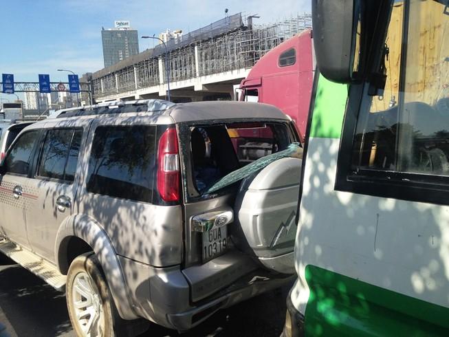 Va chạm liên hoàn giữa xe buýt và 'xế hộp', hàng chục người hoảng loạn