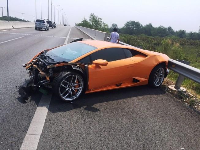 Siêu xe Lamborghini tự đâm vào dải phân cách cao tốc