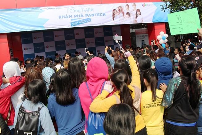 Hàng trăm bạn trẻ xin chữ ký sao Hàn, đường Sài Gòn kẹt cứng