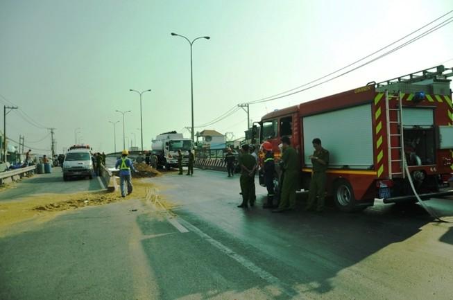Xe bồn chở xăng bị xe tải đâm lủng, quốc lộ 1A hỗn loạn