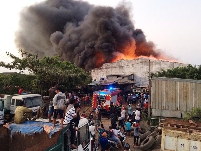400 mét vuông nhà kho bị thiêu rụi trong vụ cháy ở Bình Tân