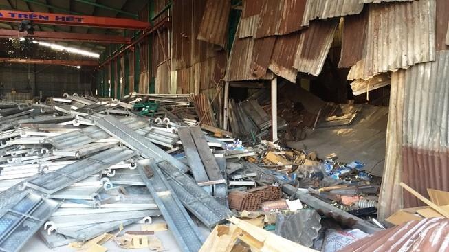Hàng trăm tấm thép đổ sập đè chết hai công nhân