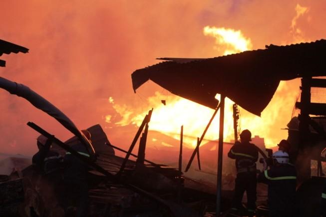 Xưởng gỗ hơn ngàn mét bùng lửa lúc rạng sáng