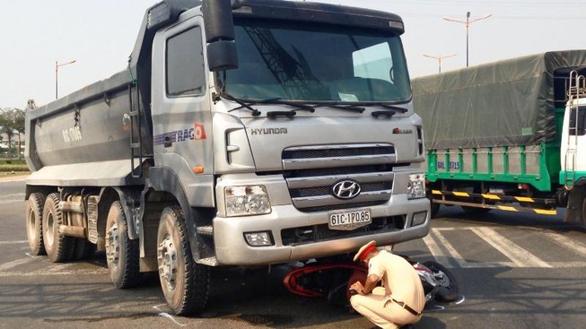Hai cô gái bị cuốn vào gầm xe tải sau cú va chạm