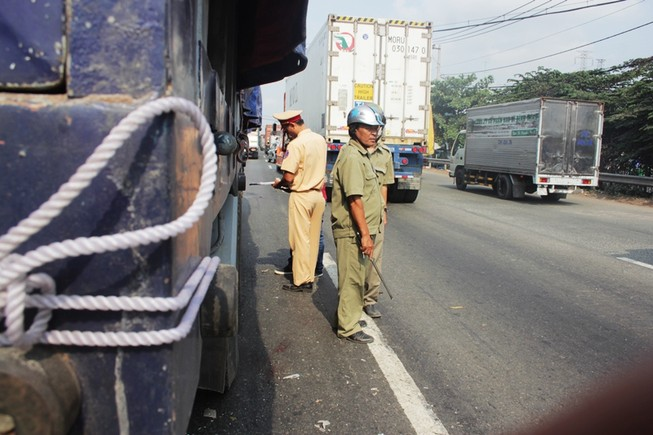 Bị xe tải tông khi trèo qua dải phân cách
