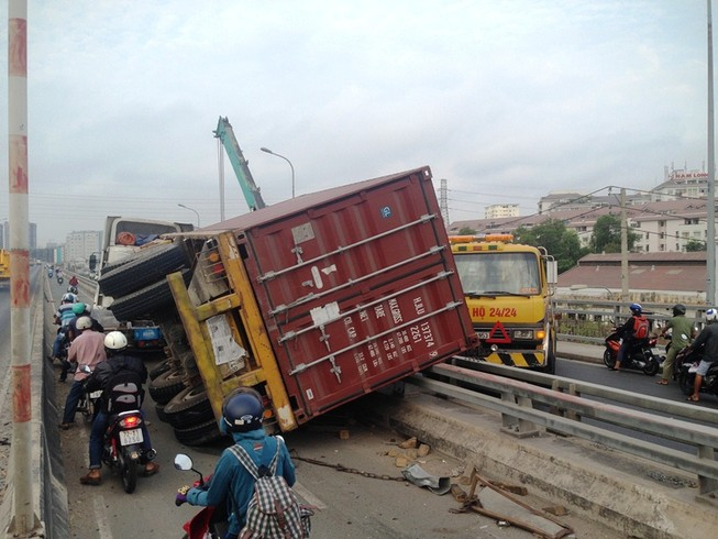 Người dân hốt hoảng vì container rơi khỏi xe, chắn ngang đường